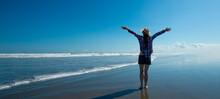 海で深呼吸をする女性