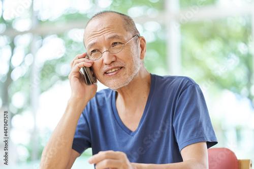Fotografia 笑顔で電話をする高齢者