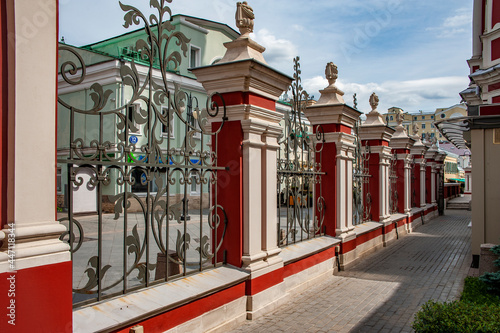The most majestic and luxurious temple on the opposite bank of the Moscow River from the Kremlin was built in 1769 in the Baroque style and dedicated to St Fotobehang