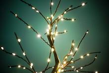 LED-Lampenbaum Vor Einem Grünen Hintergrund. Leuchtende Funkelnde Äste Mit Vielen Verzweigungen.