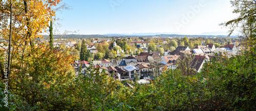 Fotografia view from the hillside to tourist resort Wolfratshausen, autumnal landscape bava