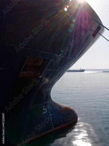 Port de commerce de Brest, proue de bâteau Fotobehang
