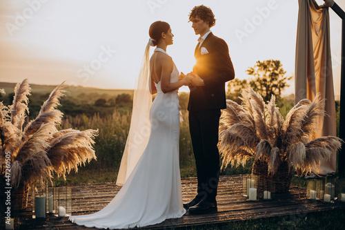 Bride and groom on their wedding ceremony Fototapet