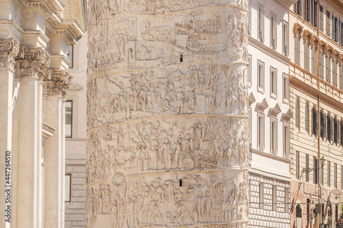 Fotografía Trajan's column on the streets of Rome, Italy.