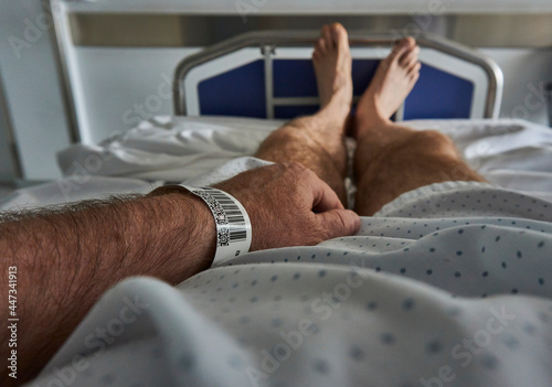 Canvas-taulu Patient code on the wrist of a patient in hospital bed