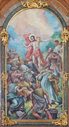 Fotografia VIENNA, AUSTIRA - JUNI 24, 2021: The painting of Apparition of resurrected Jesus to apostles on the main altar of church Kalvarienbergkirche by Hans Alexander Brunner (1962)