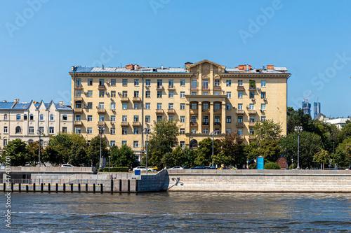 Billede på lærred Residential building on the embankment with colonnades and a pediment