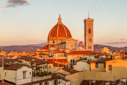 Florence's beautiful Gothic cathedral and bell tower standing out over the surro Fototapet