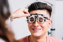 Primer Plano De Un Joven Hombre Con Unas Gafas De Medición Para Realizar Exámenes De La Vista Por El Oftalmólogo