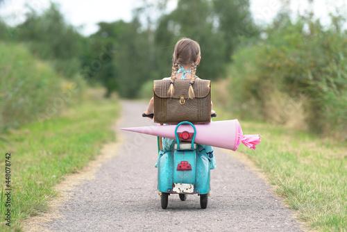 Cuadros en Lienzo Mädchen fährt zur Schule