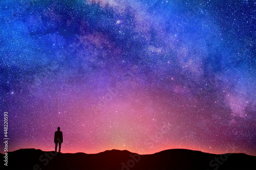 Valokuvatapetti Lonely Man Under Night Sky - Starry Sky Over the Horizon - Contemplative