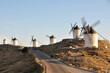 Carretera y molinos de viento en el municipio de Consuegra, provincia de Toledo, España
