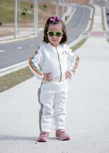 Linda Criança Com Roupa Branca E óculos De Sol Brincando Com Cachorro Golden Retriever .