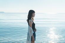 夏の海の女性