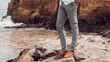 Jasne szare spodnie męskie chinosy, moda męska, zdjęcie reklamowe odzieży.
