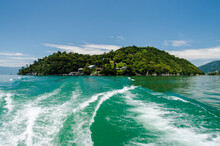 琵琶湖の湖上より望む竹生島と定期船の引き波