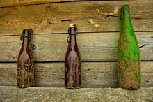 Trzy Zabytkowe Butelki. Tre Bottiglie Antiche. Three Antique Bottles.