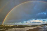 Fototapeta Tęcza - Jesienna tęcza nad wzburzonym morzem, groza i piękno.