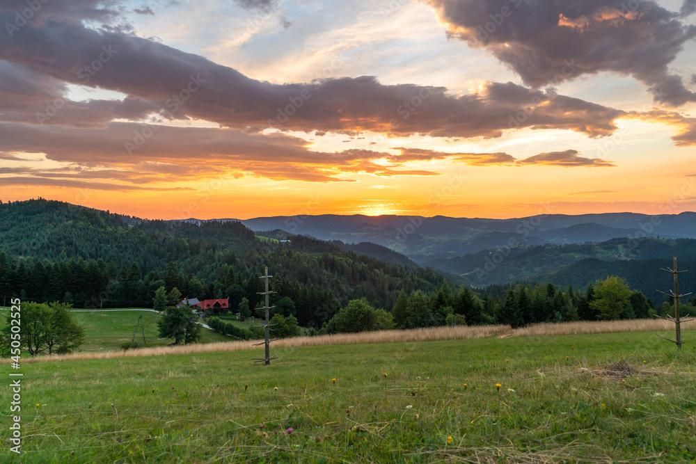 wschód słońca nad Piwniczną Zdrój, Beskid Sądecki widok z Obidzy.