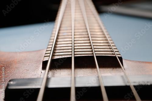 Detale gitary basowej na kolorowym tle