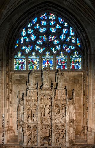 Photo Vitrail et retable de la vie de la Vierge Marie dans l'église Saint-Nicolas-de-T
