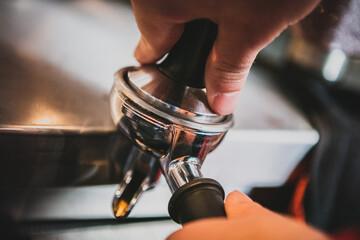 Przygotowanie kawy przez baristę