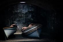 Deux Barques Rangées Dans Une Cave Obscure