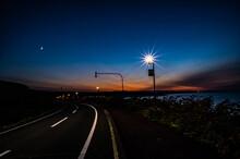 夕暮れ時の空と月 煌々と光る街灯