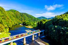 下小川駅付近の久慈川を渡る水郡線の気動車