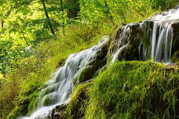 Uracher Wasserfall Bad Urach Makro Bach Baden-Württemberg Deutschland Wald Idyll Natur Reutlingen Schwäbische Alb Quelle Kaskade Sommer Regen feucht Spritzer Wischer Langzeitbelichtung