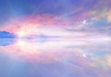 水鏡に映る朝焼けの風景イラスト