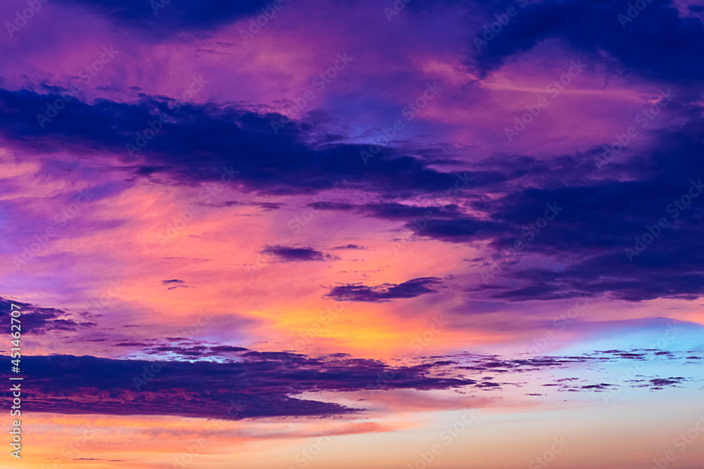 Piękne kolorowe chmury wczesnym porankiem.