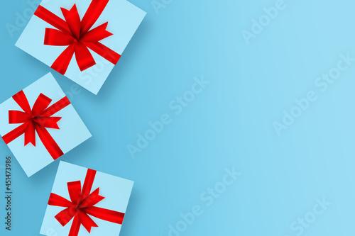 Paczka z prezentami na niebieskim tle