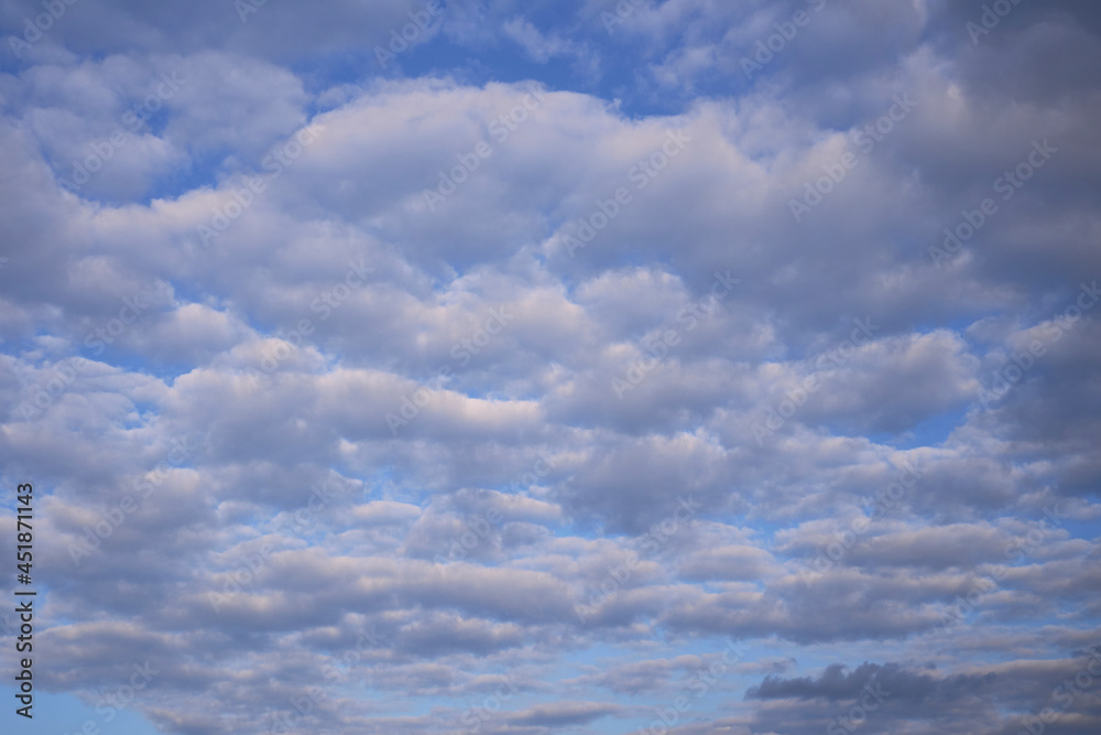 Chmury kłębiaste na tle niebieskiego nieba