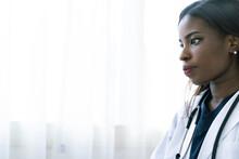 アフリカ系外国人の女医の横顔