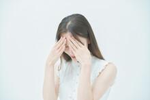 ストレスを抱えた表情をする若い女性