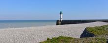 Panoramique Sur La Plage De Galets Et Le Phare De Saint-Valery-en-Caux (76460) Sous Le Ciel Bleu, Département De Seine-Maritime En Région Normandie, France