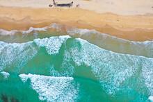 オーストラリアゴールドコーストのサーファーズパラダイスのビーチをドローンで撮影した空撮写真 Aerial Drone Shot Of The Beach At Surfers Paradise On The Gold Coast, Australia.