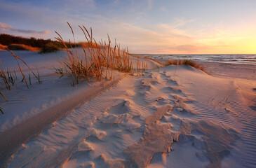 Krajobraz wybrzeża Morza Bałtyckiego o zachodzie słońca