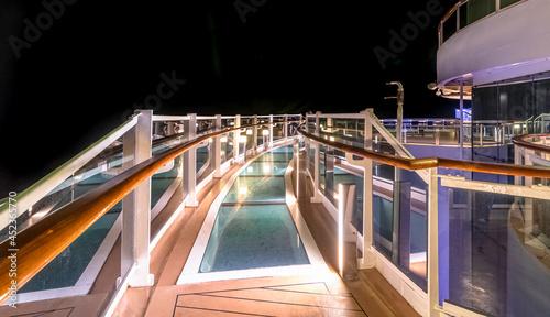 Vue du pont des soupirs du MSC Seaside, navire de croisière de la Compagnie MSC Croisières le 15 juillet 2021 en navigation de nuit.