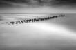 falochron na morzu zdjęcie czarno-białe minimalistyczne