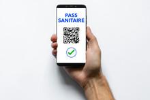 Un Homme Présente Son Téléphone Portable Pour Faire Scanner Son Qr Code En Guise De Pass Sanitaire