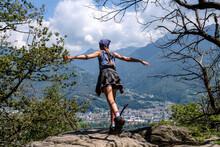 Mädchen Steht Auf Einem Felsen Und Stellt Sich Mit Ausgebreiteten Armen In Den Wind