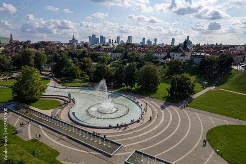 fontanny i widok na centrum miasta Warszawa. Park fontann, lato. słoneczny dzień