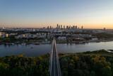Fototapeta Londyn - Widok na wieżowce w centrum Warszawy o zachodzie słońca, złota godzina, nad mostem świetokrzyskim