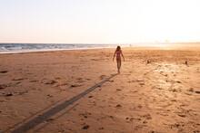 Criança Em Praia No Pôr-do-sol