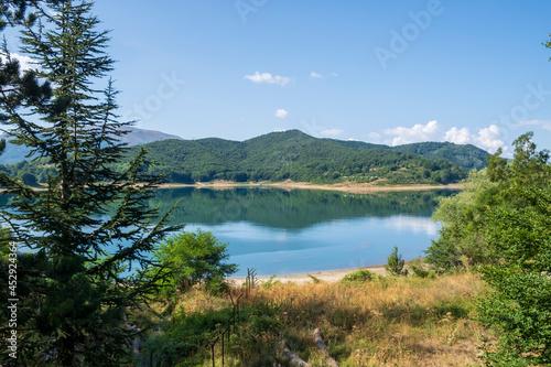 Obraz na plátně panorama del lago di campotosto parco nazionale del gran sasso e dei monti della
