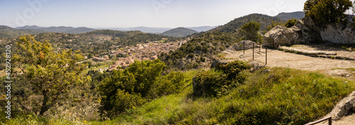 Obraz na plátně Vue sur le village depuis le Fort-Freinet, La Garde-Freinet, Var, Provence-Alpes