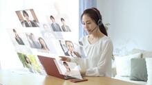 オンラインでミーティングをする若い女性
