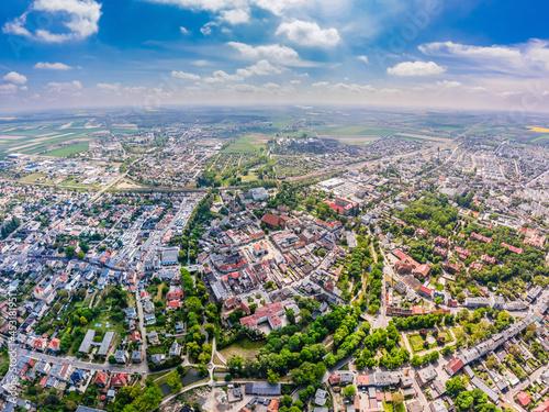 Słoneczny dzień w Kościanie, widok z lotu ptaka na centrum miasta
